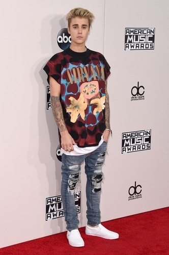 We are little confused by this sporty look of Justin Bieber....but again, is Justin Bieber! He won an AMA for best collaboration and rocked the stage. Photo by: Getty Images